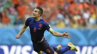 Belanda mengabadikan gol sundulan terbang Van Persie ke gawang Spanyol.