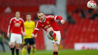 Wayne Rooney saat menendang bola saat pertandingan liga Inggris U-21 melawan Middlesbrough di Old Trafford, (11/4). Wayne Rooney harus bermain dengan MU U-21 dikarenakan usai mengalami cedera beberapa waktu lalu. ( Reuters / Andrew Boyers)