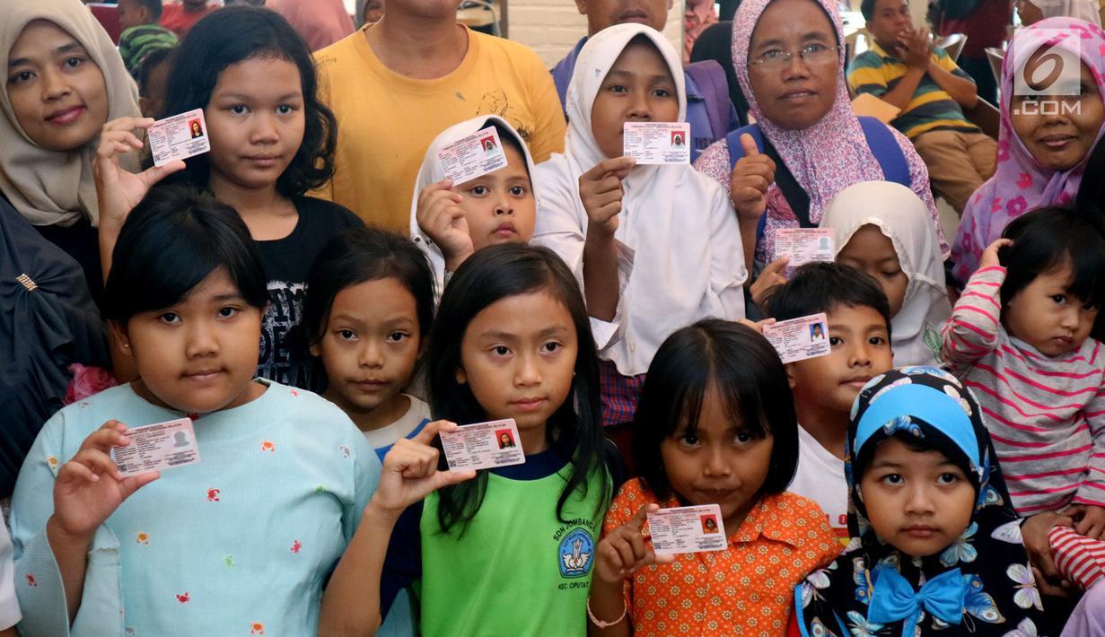 Anak-anak memperlihatkan Kartu Identitas Anak (KIA) di tempat makan siap saji kawasan Bintaro Tangerang Selatan, Selasa (26/2). Pemkot Tangsel menargetkan sebelum tahun ajaran baru 2019/2020 semua anak Tangsel sudah memiliki KIA. (Merdeka.com/Arie Basuki)