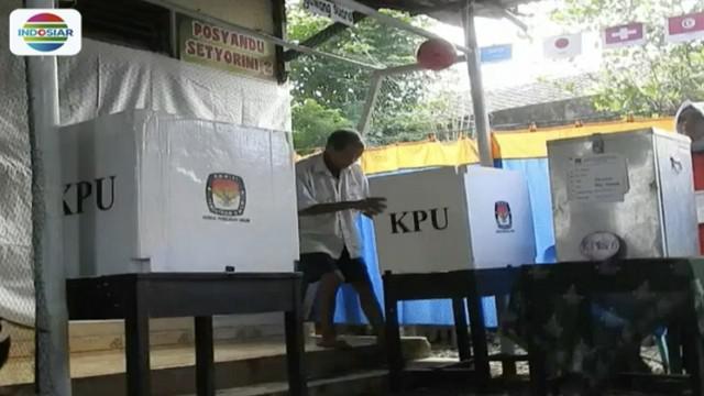Petugas KPPS salah satu TPS di Banjarnegara, Jawa Tengah, memancing minat warga datang dan menyalurkan hak suaranya dengan memberi nuansa piala dunia.