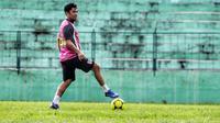 Beny Wahyudi saat main dengan klub lokal Malang, Dokjreng, di Stadion Gajayana, Malang. (Bola.com/Iwan Setiawan)