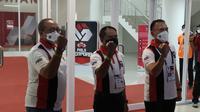 Menpora Zainudin Amali (tengah) bersama Ketua PSSI, Mochamad Iriawan (kanan), dan petinggi PT LIB, menunjukkan gelang tanda menjalani swab antigen menjelang laga Persija Jakarta kontra PSM Makassar di Stadion Manahan, Solo, Minggu (18/4/2021). (Bola.com/Vincentius Atmaja)