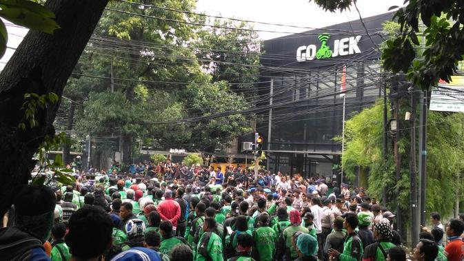 Unjuk rasa ratusan driver Gojek di kantor PT Gojek Indonesia, Kemang, Jakarta Selatan, mulai memanas. (Liputan6.com/Richo Pramono)