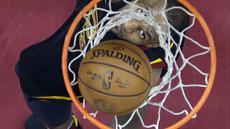 Aksi pemain Cleveland Cavaliers, LeBron James mencetak poin saat melawan Boston Celtics pada gim keempat final Wilayah Timur NBA basketball di Quicken Loans Arena (21/5/2018). Cavaliers menang 111-102. (AP/Tony Dejak)