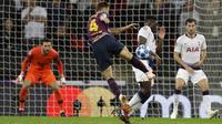 Gelandang Barcelona, Ivan Rakitic, melepaskan tendangan ke gawang Tottenham Hotspur pada laga Liga Champions di Stadion Wembley, Rabu (3/10/2018).  Barcelona menang 4-2 atas Tottenham Hotspur. (AP/Frank Augstein)