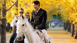 Foto-foto aktor kelahiran Seoul, Korea Selatan ini mencuri perhatian netizen. Dalam foto tersebut terlihat pula Lee Min Ho tengah dikawal dengan para bodyguard yang ada dibelakangnya. (Liputan6.com/IG/@anstagram_._)