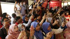 Para fans memotret peraih emas bulutangkis, Jonatan Christie, saat pemberian apresiasi di Sarinah, Jakarta, Rabu (5/9/2018). Peraih medali dari cabor bulutangkis dan wushu mendapat penghargaan berupa logam mulia. (Bola.com/M Iqbal Ichsan)