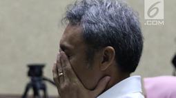 Tersangka suap pengajuan PK ke PN Jakarta Pusat, Eddy Sindoro bersiap menjalani sidang di Pengadilan Tipikor, Jakarta, Kamis (27/12). Eddy didakwa memberi suap Rp 150 juta dan USD 50 ribu ke mantan panitera, Edy Nasution. (Liputan6.com/Helmi Fithriansyah)