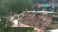 Penampakan kondisi jembatan penghubung antar Kecamatan Ngasem dan Kecamatan Dander, Kabupaten Bojonegoro. (Liputan6.com/Ahmad Adirin)