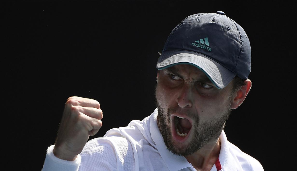 Aslan Karatsev menyingkirkan Grigor Dimitrov dengan kemenangan 2-6, 6-4, 6-1, 6-2 di Melbourne, Selasa, 16 Februari 2021. Di semifinal ia akan menantang petenis ranking satu dunia, Novak Djokovic. (Foto: AP/Andy Brownbill)