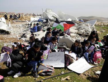 Ketika Anak-Anak Palestina Belajar di Puing Bangunan Sekolah yang Hancur