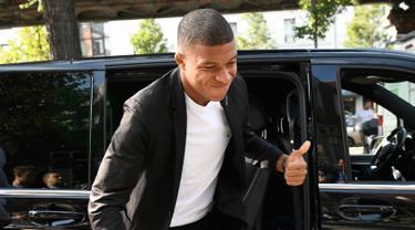 Penyerang Paris Saint-Germain, Kylian Mbappe tiba untuk menghadiri pertemuan dengan komite disiplin federasi sepakbola Prancis (FFF) di Paris, Kamis (20/9). Pertemuan membahas kartu merah yang didapat Mbappe saat menghadapi Nimes. (AFP/Lionel BONAVENTURE)