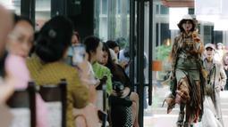 Model menampilkan rancangan busana saat Road to Indonesia Fashion Week 2020 di kawasan Hutan Kota GBK, Jakarta, Rabu (12/2/2020). Indonesia Fashion Week 2020 bertema 'Tales of the Equator' - Treasure of the Magnificent Borneo. (Liputan6.com/Faizal Fanani)