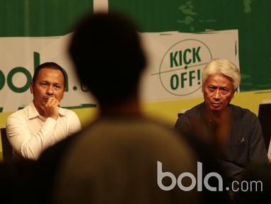 Direktur Teknik PSSI, Danurwindo (kanan) dan Pelatih PBFC, Ricky Nelson serius mendengarkan pertanyaan dari audiens pada diskusi Bincang Taktik Bola.com di SCTV Tower, Senayan City, Rabu (29/3/2017).  (Bola.com/Nicklas Hanoatubu