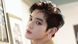 Hampir semua warna pernah digunakan oleh Taeyong. Walaupun kerap tampil nyentik, rambut warna hitam kecoklatan ini adalah warna andalan dan favorite para fans. Banyak yang bilang aura Taeyong lebih terpancar saat rambutnya berwarna gelap.(Liputan6.com/IG/@taeyongsment)
