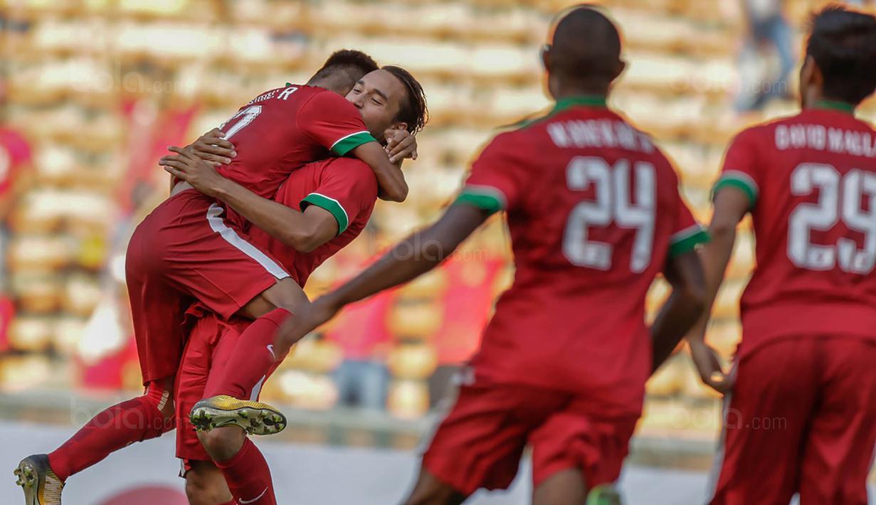 Para pemain Timnas Indonesia merayakan gol yang dicetak oleh Ezra Walian ke gawang Kamboja. Indonesia pada fase grup mencetak total tujuh gol. (Bola.com/Vitalis Yogi Trisna)