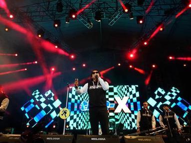 Band yang dibentuk pada September 1995 ini menggebrak panggung Jatim Fair 2019 hari kedua pada Rabu (9/10/2019). Personelnya pun terlihat kompak dengan mengenakan baju tipexofficial. (Liputan6.com/IG/@lovesuroboyo)
