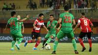 Pemain Madura United, Syahrian Abimanyu, saat meladeni Kalteng Putra di Stadion Gelora Madura, Pamekasan, Minggu (1/9/2019). (Bola.com/Aditya Wany)