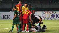 Duel sengit Persebaya Surabaya versus Kalteng Putra berakhir dengan skor 1-1, Selasa (21/5/2019) di Stadion Gelora Bung Tomo, Surabaya. (Bola.com/Aditya Wany)