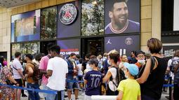 Fans tampak membludak dan membentuk antrean panjang di toko resmi Paris Saint-Germain untuk mendapatkan jersey Lionel Messi. (Foto: AP/Francois Mori)