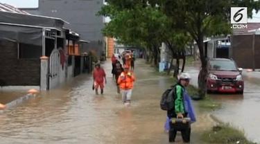 Banjir menerjang Kota Makassar dan 6 kabupaten di Sulawesi Selatan. Selain akibat hujan deras, banjir juga akibat kiriman air dari pegunungan Bawakaraeng
