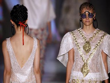 Model mengenakan busana koleksi Ronaldo Fraga saat Sao Paulo Fashion Week, Sao Paulo , Brasil , 25 April 2016. Sao Paulo Fashion Week  kali para model mengenakan busana yang Transparan.  (REUTERS / Paulo Whitaker)