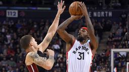 Aksi Pemain Toronto Raptors, Terrence Ross (kanan) mencoba melepaskan tembakan melewati hadangan pemain Miami Heat, Tyler Johnson pada laga NBA di Air Canada Centre, (4/11/2016). Raptors menang 96-87. (Reuters/Dan Hamilton-USA TODAY Sports)