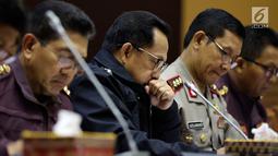 Kapolri Jenderal Pol Tito Karnavian mengikuti raker dengan Komisi III DPR di Gedung Nusantara II, Jakarta, Selasa (5/6). Rapat membahas Rencana Kerja Pemerintah Kementerian/Lembaga (RKP K/L) Tahun 2018 dan sejumlah isu aktual. (Liputan6.com/Johan Tallo)