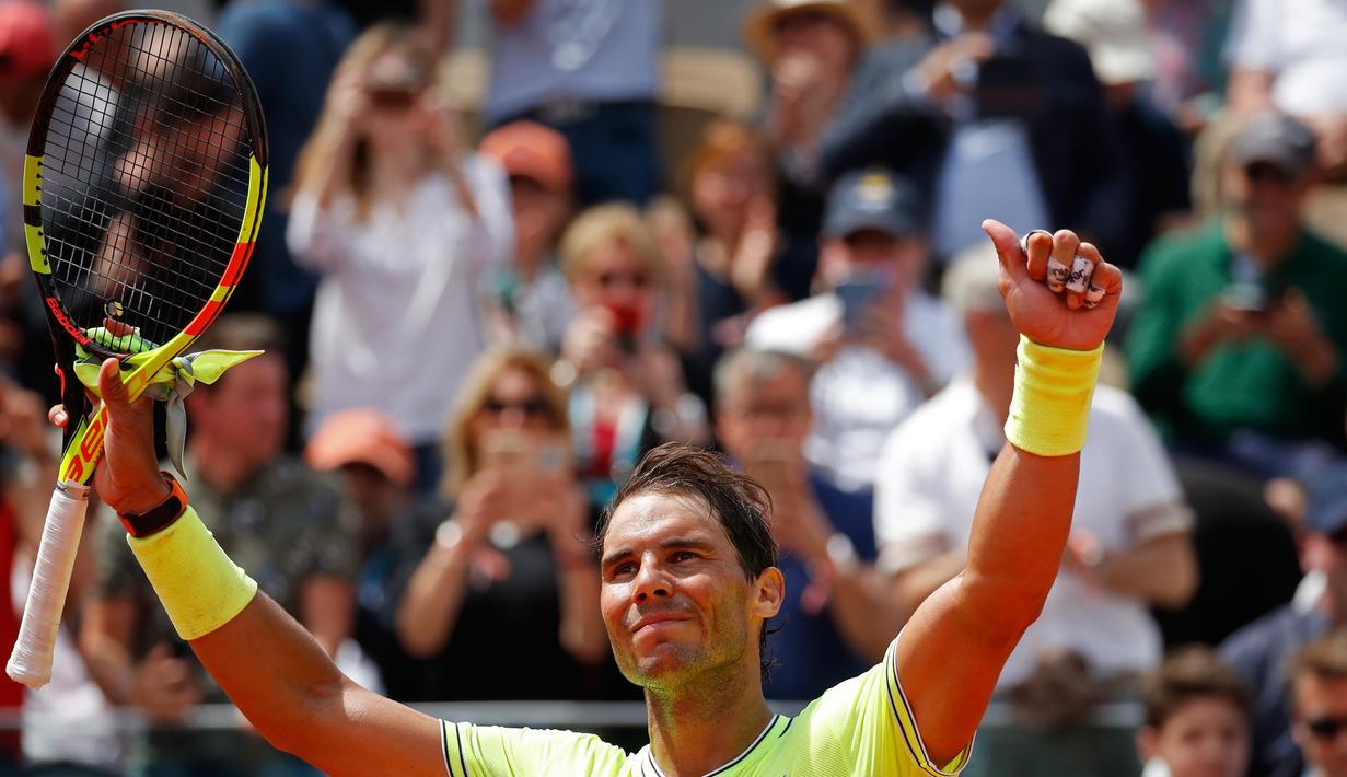 Petenis Spanyol, Rafael Nadal berselebrasi setelah menyelesaikan laga babak kedua turnamen Prancis Terbuka melawan petenis Jerman, Yannick Maden di Roland Garros, Paris (29/5/2019). Rafael Nadal menang atas Yannick Maden dengan skor 6-1, 6-2, 6-4 dan melaju ke babak ketiga. (AP Photo/Christophe Ena)