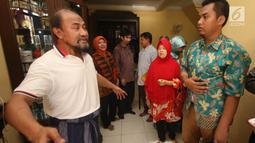 Pemilik PT Assyifa Mandiri Wisata, Ali Zainal Abidin memberikan penjelasan kepada calon jemaah yang mendatangi rumahnya di Pondok Bambu, Jakarta, Kamis (7/9). Mereka meminta kejelasan uang yang telah diserahkan sejak 2016. (Liputan6.com/Immanuel Antonius)