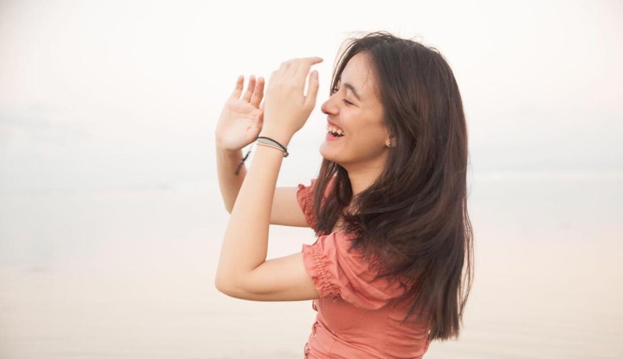 Mawar De Jongh selalu berhasil mencuri perhatian berkat penampilannya yang menawan. Gaya candidnya tersenyum lebar ini menambah kesan menarik dari diri Mawar. Banyak yang memuji foto candid ini dengan menyebut Mawar semakin cantik. (Liputan6.com/IG/@mawar_eva)