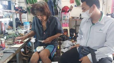 Petugas PT Pegadaian, saat melihat produksi sepatu salah satu pelaku usaha mikro nasabah yang berusaha bertahan ditengah pendemi. (Foto: Liputan6.com/Felek Wahyu)