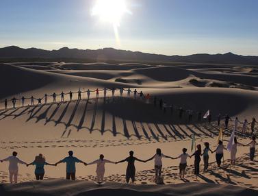 Relaksasi Yoga di Tengah Gurun Pasir