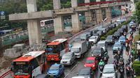 Kendaraan memadati arus lalu lintas di Jalan HR Rasuna Said, Kuningan, Jakarta, Jumat (18/1). Penyempitan jalan akibat pembangunan proyek light rail transit (LRT) berimbas pada kemacetan di kawasan tersebut. (Liputan6.com/Immanuel Antonius)