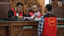 Aktor Tio Pakusadewo berbincang dengan Hakim Ketua saat sidang lanjutan di PN Jakarta Selatan, Kamis (28/6). Dalam pledoinya, Tio mengaku kepada majelis hakim bahwa dirinya adalah pecandu selama 10 Tahun belakangan ini. (Liputan6.com/Faizal Fanani)