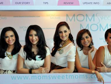 Lima selebriti cantik yang saling bersahabat kumpul bersama saat acara launching sebuah website tentang wanita, Jakarta, Senin (20/4/2015). (Liputan6.com/Panji Diksana)
