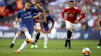 Penyerang Chelsea, Eden Hazard, melepaskan tendangan penalti saat melawan Manchester United pada laga final Piala FA 2017-2018 di Stadion Wembley, Sabtu (19/5/2018). Chelsea menang 1-0 atas Manchester United. (AP/Nick Potts)