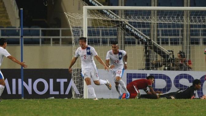 Para pemain Timnas Indonesia hanya bisa melihat selebrasi yang dilakukan pemain Filipina usai menjebol gawang Indonesia di penyisihan Grup A Piala AFF 2014. (AFP/Hoang Dinh Nam)