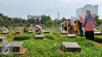 Warga menziarahi makam keluarganya di TPU Karet Bivak, Jakarta, Minggu (29/5/2016). Sudah menjadi tradisi, warga Jakarta menziarahi makam keluarga menjelang Ramadan. (Liputan6.com/Yoppy Renato)