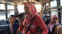 Sarni si penyanyi dangdut pantura di bus (Liputan6.com / Panji Prayitno)