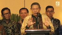 Ketua Umum Partai Demokrat Susilo Bambang Yudhoyono memberikan keterangan pers usai pertemuan di Gran Melia, Jakarta, Senin (30/7). Partai Demokrat dan PKS menyerahkan pemilihan cawapres kepada Prabowo. (Liputan6.com/Herman Zakharia)