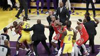 Bahu hantam warnai debut LeBron James di Staples Center pada lanjutan NBA 2018-2019 (AP)
