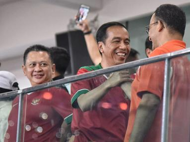 Presiden Jokowi menghampiri dan menyalami Gubernur DKI Jakarta Anies Baswedan setelah Persija Jakarta unggul dua gol atas Bali United pada Final Piala Presiden 2018 di Stadion Utama GBK, Sabtu (17/2). (LIputan6.com/Dok Gubernur DKI/Khairudin Safri)