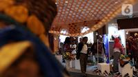Pengunjung melihat aneka kerajinan dalam pameran UMKM Export BRILian Preneur 2019  di Jakarta Convention Center, Jakarta, Jumat (20/12/2019). UMKM Export BRILian Preneur 2019 menampilkan aneka produk dari 150 UMKM binaan Bank BRI dan Rumah Kreatif BUMN (RKB). (Liputan6.com/Johan Tallo)