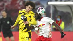Pemain Borussia Dortmund, Axel Witsel, duel udara dengan pemain RB Leipzig, Dayot Upamecano, pada laga Bundesliga di Stadion Red Bull Arena, Sabtu (9/1/2021). Dortmund menang dengan skor 3-1. (AP/Michael Sohn)