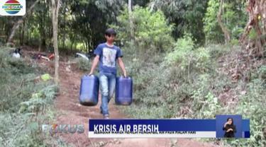 Kekeringan akibat kemarau, warga Soreang, Bandung, harus berjalan 4 Km untuk mengambil air bersih.