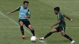 Pemain Timnas Indonesia U-22, Samuel Christianson, berusaha merebut bola saat latihan di Stadion Madya, Jakarta, Kamis (17/1). Latihan ini merupakan persiapan jelang Piala AFF U-22. (Bola.com/Yoppy Renato)
