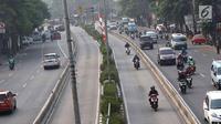 Pengendara sepeda motor melintasi jalur bus Transjakarta di Jalan Otista Raya, Jakarta, Rabu (11/7). Pelanggaran lalu lintas ini dilakukan meski kondisi lalu lintas lancar. (Liputan6.com/Immanuel Antonius)