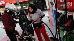 Petugas mengisi Bahan Bakar Minyak (BBM) ke kendaraan konsumen di SPBU Abdul Muis, Jakarta, Senin (2/7). PT Pertamina (Persero) secara resmi menaikkan harga Pertamax Cs akibat terus meningkatnya harga minyak dunia. (Liputan6.com/Johan Tallo)