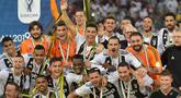 1. Selebrasi juara dilakukan pemain Juventus usai menundukan AC Milan Juventus pada laga Final Piala Super Italia yang berlangsung di stadion King Abdullah Sports City, Jeedah, Kamis (17/1). Juventus menang 1-0 (AFP/Giuseppe Cacace)
